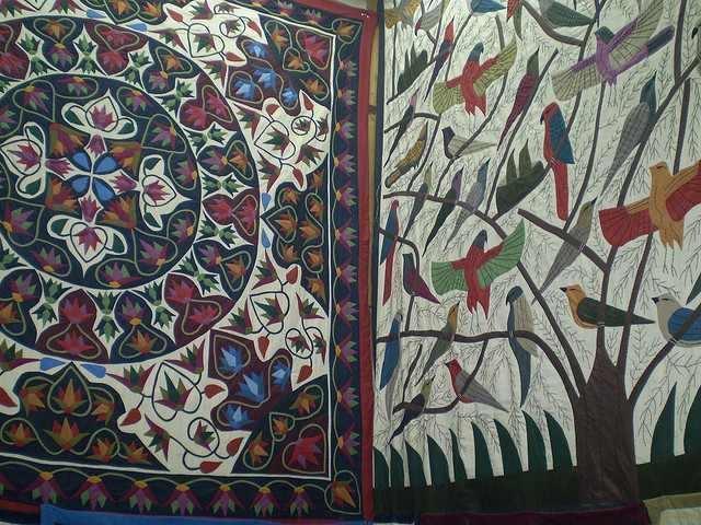 Dessins et motifs sur une tenture artisanale