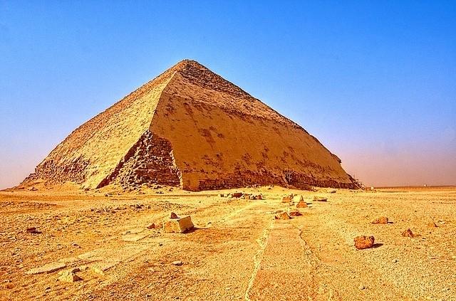 La Pirámide combada