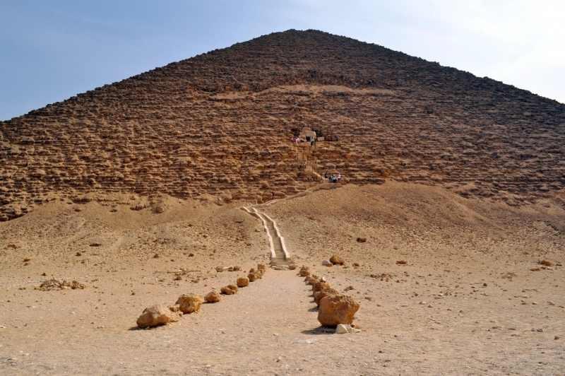 La Pyramide Rouge et son entrée