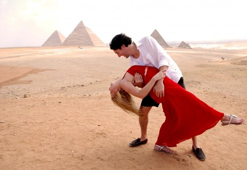 在金字塔面前的度蜜月的人