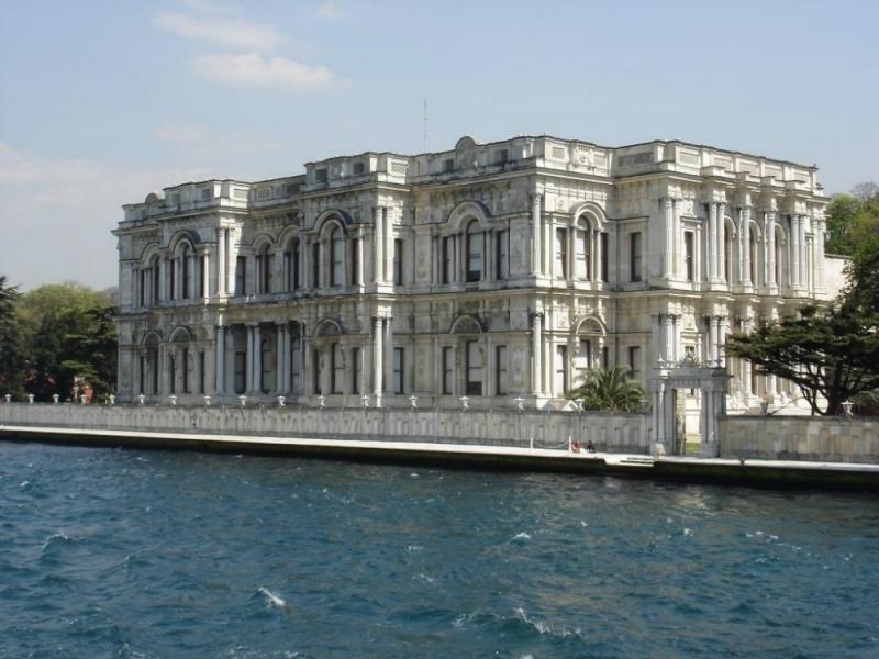 Palacio Dolmabahce en el estrecho del Bósforo