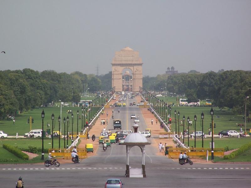 Vista de lejos a la Puerta de la India desde el camino Rajpath