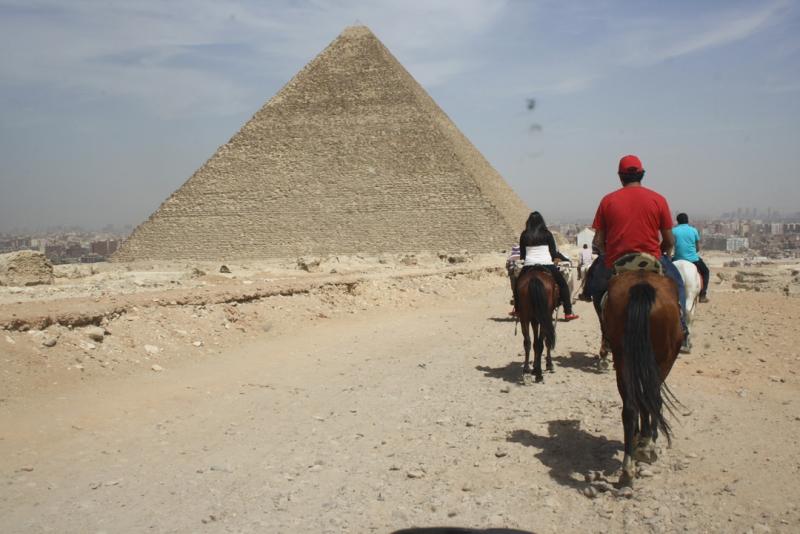 Pirâmides e Museu Egípcio saindo de Port Said