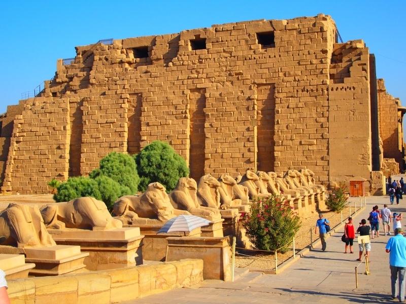 A avenida ladeada por esfinges - Templos de Karnak