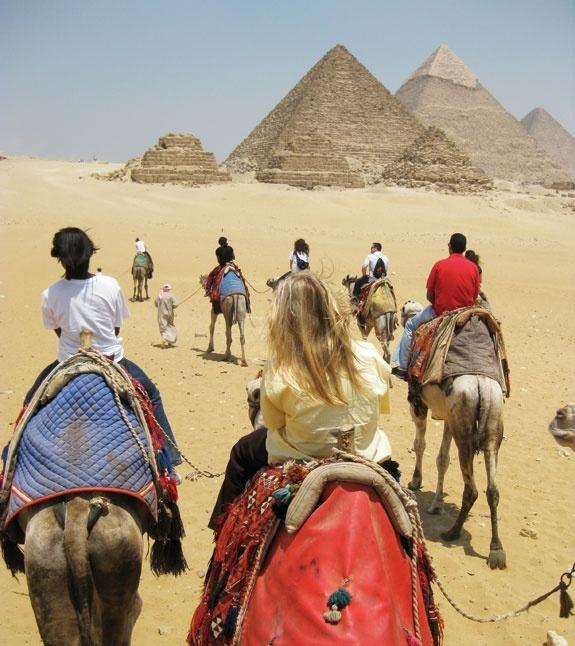 Passeio de camelo ou cavalo nas pirâmides