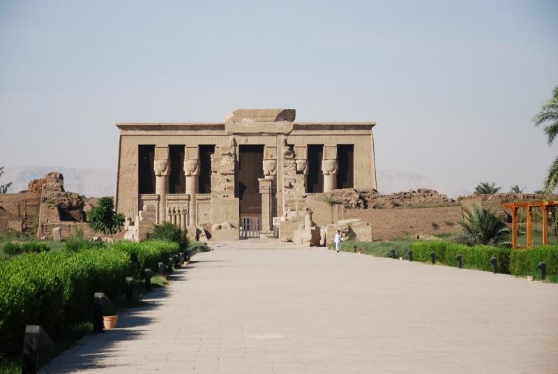 Allée face au Temple de Denderah