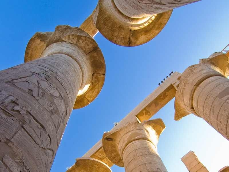 Les colonnes surmontées de fleurs de papyrus