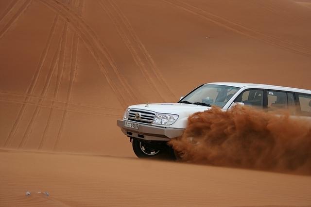 ドバイ砂漠サファリーツアー(BBQディナー付)