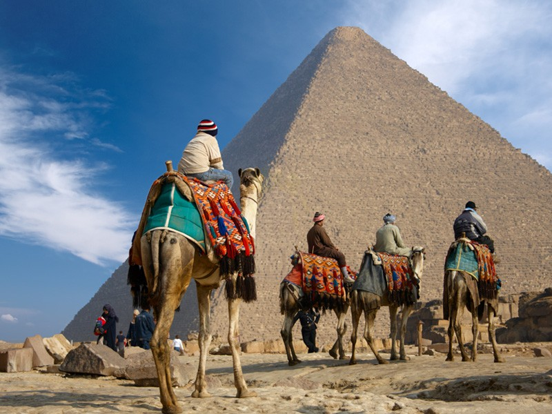 ギザのピラミッドの周りでラクダに乗る