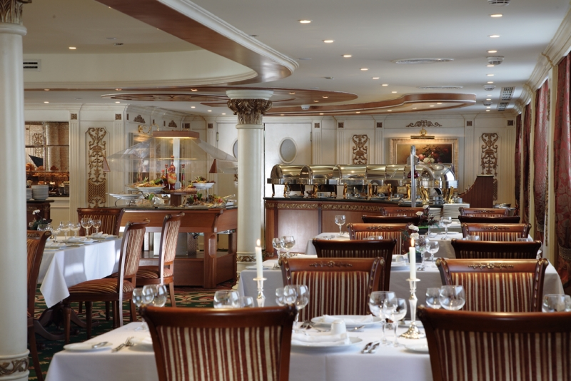 Le restaurant sur le bateau de croisiere