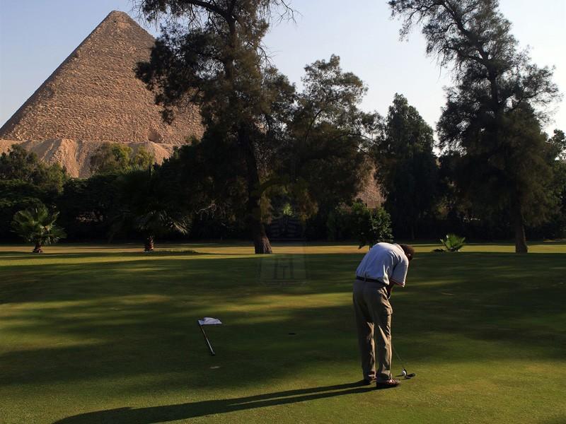 メナハウスホテルのゴルフエリアからギザピラミッド