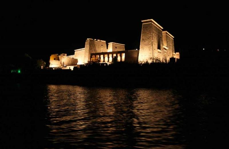 EL Templo de File por la noche