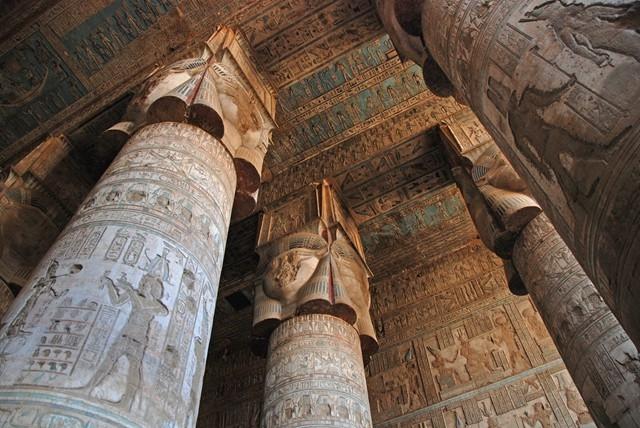 Colonnes hathoriques, colorées, Temple de Denderah