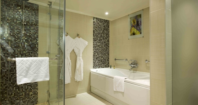 Whirlpool bath & Walk-in Shower