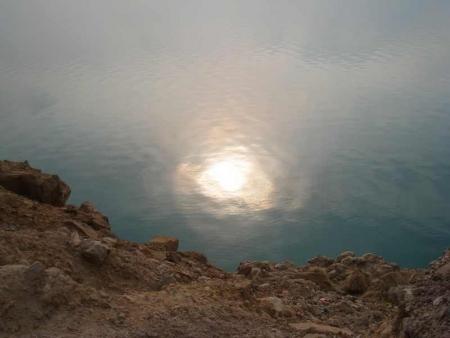 La puesta del sol en el mar muerto, Jordania