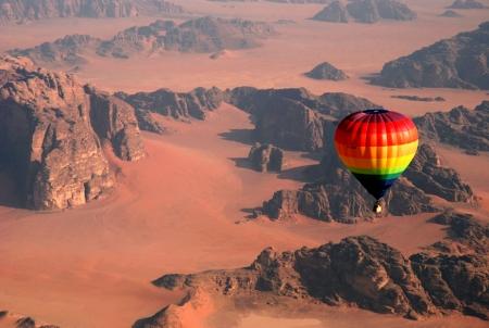 大空からワディラムを見下ろす気球