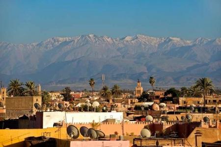 Les sommets enneigés de l'Atlas sur les toits de Marrakech