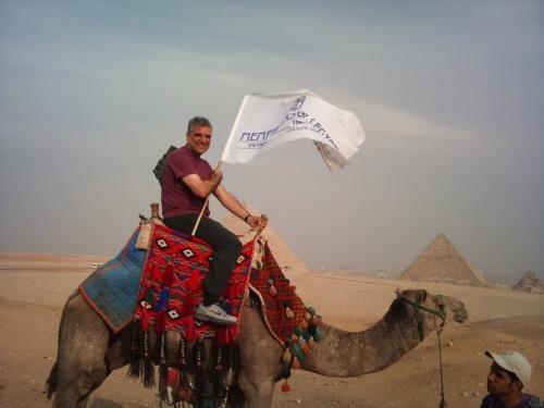ギザピラミッドの周りにラクダ
