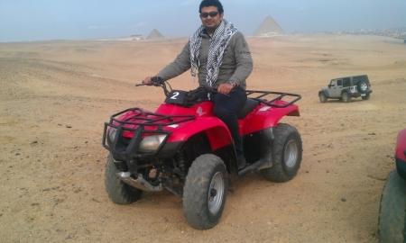 ピラミッドの周りにクワッドバイクにて冒険ツアー