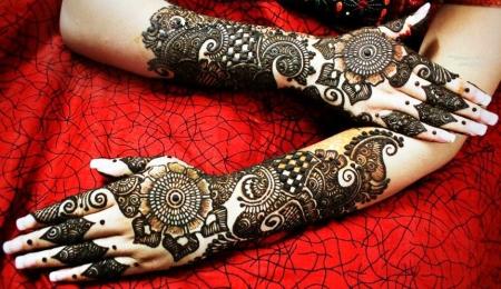Women Drawing Henna in Al Eid