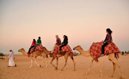 Montando sobre un camello.