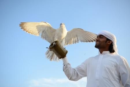 鷹と写真を撮る、ドバイ