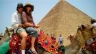ギザピラミッドの周りでラクダに乗る